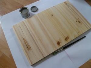 planche en bois et pot de peinture