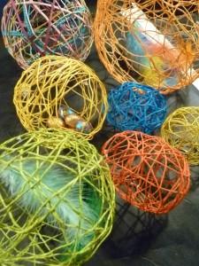 boules et oeufs en fil paques plumes