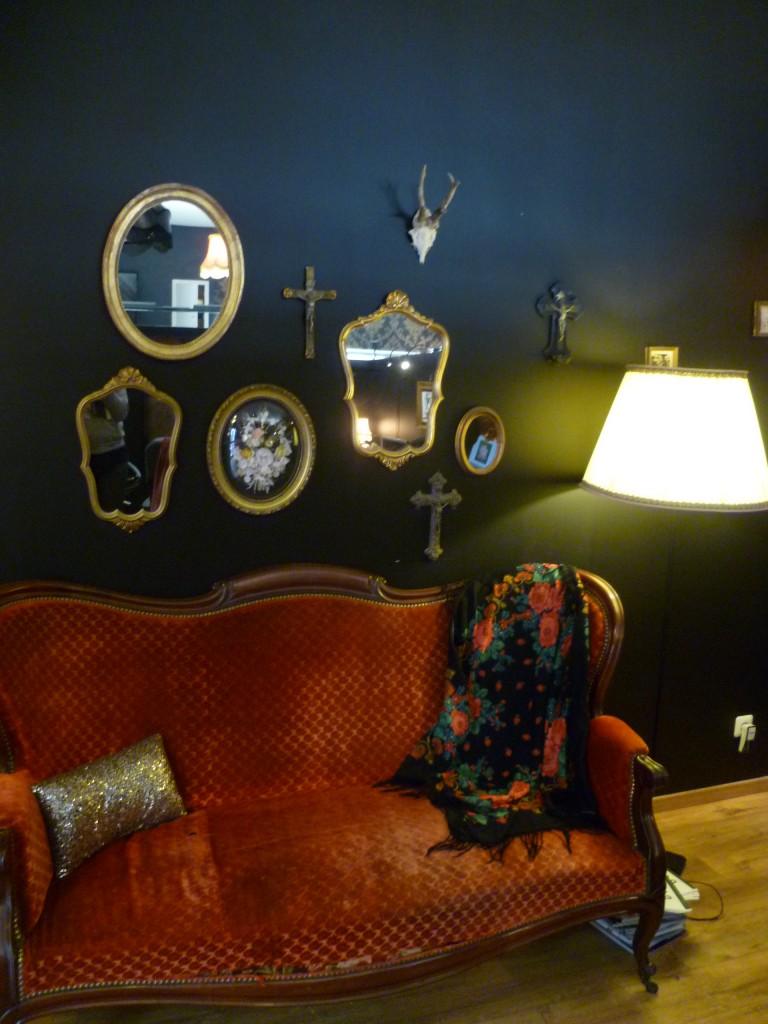 canapé cosy décoration salon tatouage black heart