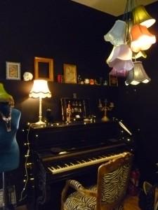 décoration curiosités piano salon tatouage