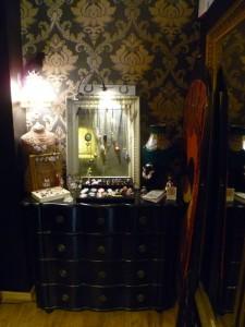 décoration salon de tatouage curiosités vintage black heart