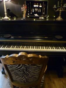 piano fauteuil baroque salon black heart