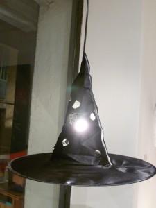 decoration-halloween-chapeau-sorciere-lampe-diy