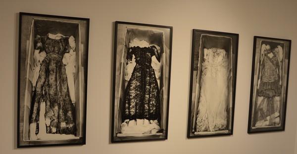 photo-exposition-vanites-herault-matelles-robes-dentelles-valeriebelin