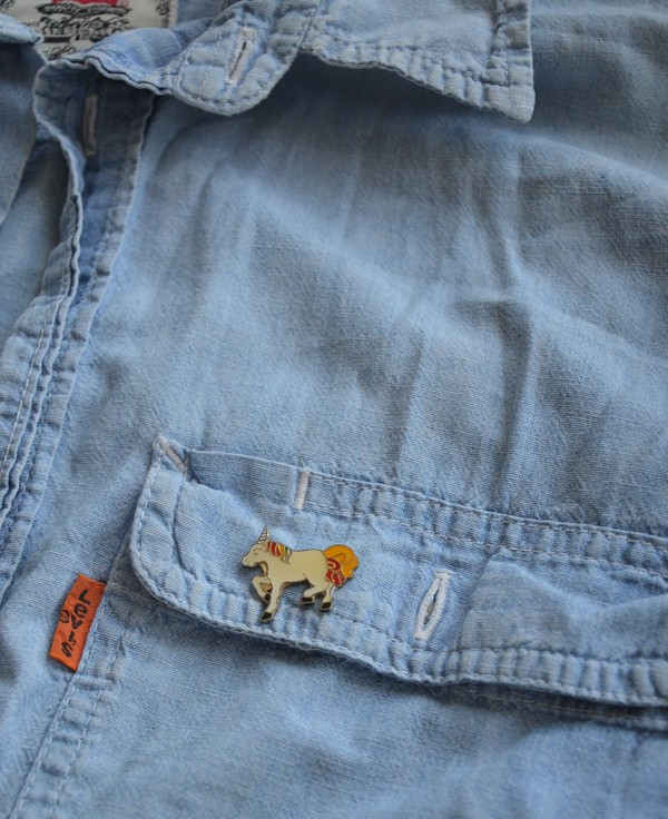 chemise-jeans-vintage-customiser-pins-licorne-blogueuse-mode