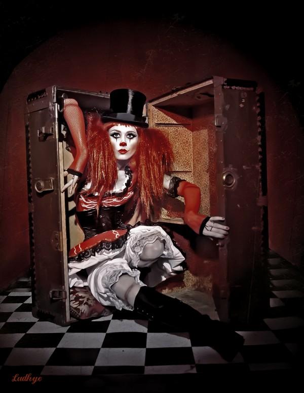 ludhye-photographie-clown-steampunk-chapeau-malle-artiste-toulon